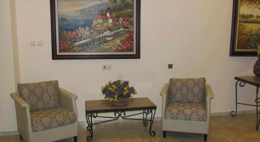 פינת ישיבה מלון ברגר בטבריה