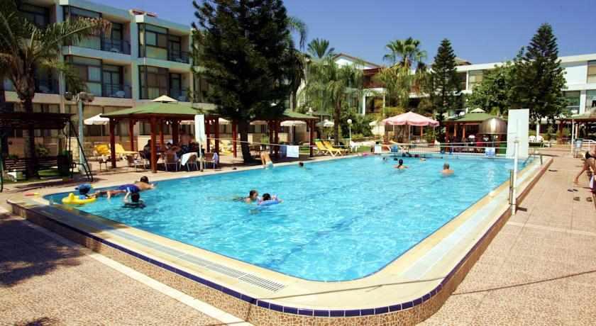 בריכה מלון חוף רון בטבריה