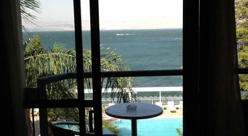 מרפסת מלון חוף רון בטבריה