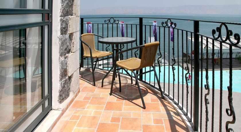 מרפסת לזוג מלון שירת הים בטבריה